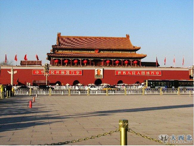 饱经500余年风雨沧桑的天安门广场是当今世界上最大的城市广场。它坐落在中华人民共和国首都北京的市中心,故宫的南侧,与天安门广场隔长安街相望,是明、清两代皇城的大门。1949年10月1日,中华人民共和国在这里举行了开国大典,它由此成为现代中国的象征,并被设计入国徽。天安门以其500多年厚重的历史内涵,高度浓缩的中华古代文明和现代文明,新中国的象征和无与伦比的政治瞩目和神往,是中国各族人民向往的地方。