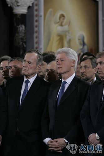 美国前总统老布什(左)和克林顿前往莫斯科救世主大教堂向叶利钦