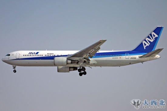资料图:日本全日空航空波音767客机。(摄影:陈诚)新浪航空讯 今天下午,一架从北京飞往东京成田机场执行NH956次航班的客机,在成田机场降落时失败,机体受到强烈冲击而变形,所幸193名乘客和机组人员没有受伤。   这架客机是全日空(微博)的NH956航班,于北京时间09时26分从北京首都机场起飞,今日下午14时30分许飞抵东京成田国际机场时,可能因为遭到强风的袭击,着落时与地面发生强烈冲撞,导致机体中间部位出现明显的凹陷。   客机降落时,机场的风力达到每秒15米。机长在接受公司的初步调查时称,客