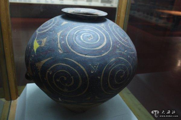 武威皇娘娘台出土文物   距今4000年左右,中国社会发生急剧的变革,中原地区的原始社会开始解体,第一个国家正在形成过程中。此时,西部地区也发生了具有划时代意义的变化,以甘肃中部为中心的齐家文化,处在黄河农业文化与北方草原文化的接合部。原先,由于高原和沙漠的阻隔,古代东方和西方基本上处于隔绝状态。在这时期,骑马部落自西亚、中亚而东下,飞跃性地加强了东西方文化相互传递的速度。由于齐家文化独特的地理位置,一方面受到来自东方的中原龙山文化的影响,另一方面首当其冲地面迎北方草原文化和西方文化的冲击,成为东西