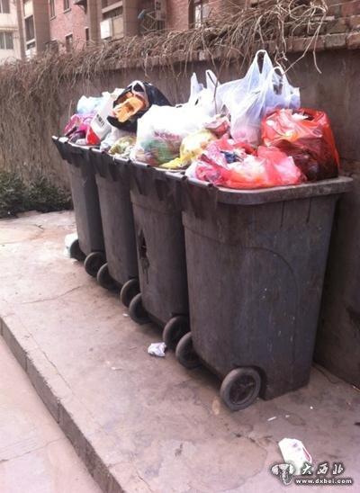 垃圾没有扔进垃圾桶的