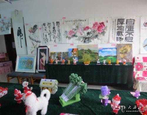 十字绣 手工艺品/此次展出的手工艺品有十字绣类、串珠类、字画类、拼图类、针织...