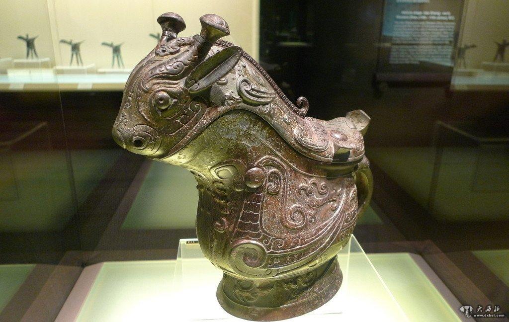 内蒙古准格尔旗西沟畔匈奴墓出土两件图案为猛虎与野猪咬斗的饰牌