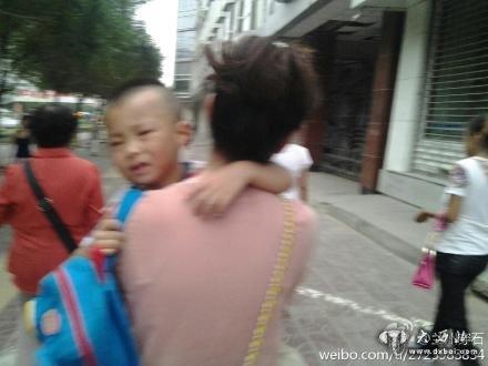 小孩哭闹不想去幼儿园
