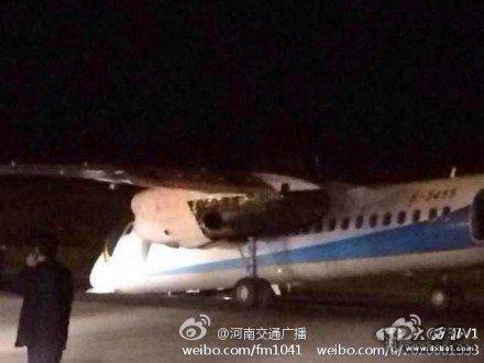 郑州机场一飞机降落时起落架故障