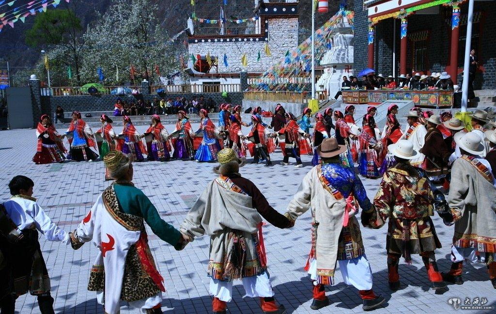 藏族传统的一妻多夫家庭有兄弟共妻、朋友共妻和极个别的父子共妻几种形式。但在康区最主要、最普遍、占绝大多数的为兄弟共妻。解放前,谭英华先生在今甘孜地区境内调查的45户一妻多夫家庭,其中兄弟共妻44户,共101名男子,平均每户均2.3人,非兄弟共妻家庭1户,丈夫2人。   一妻多夫家庭以两兄弟共妻为普遍,其次为三兄弟共妻。四兄弟以上共妻的只是极个别现象,在昌都丁青县丁青村的一妻多夫家庭120户,丈夫257人,平均2.