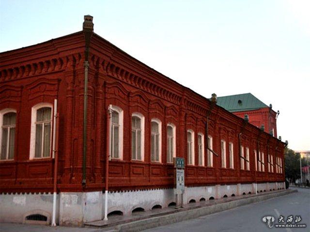 红楼屋顶为绿色,是典型的俄式建筑风格.