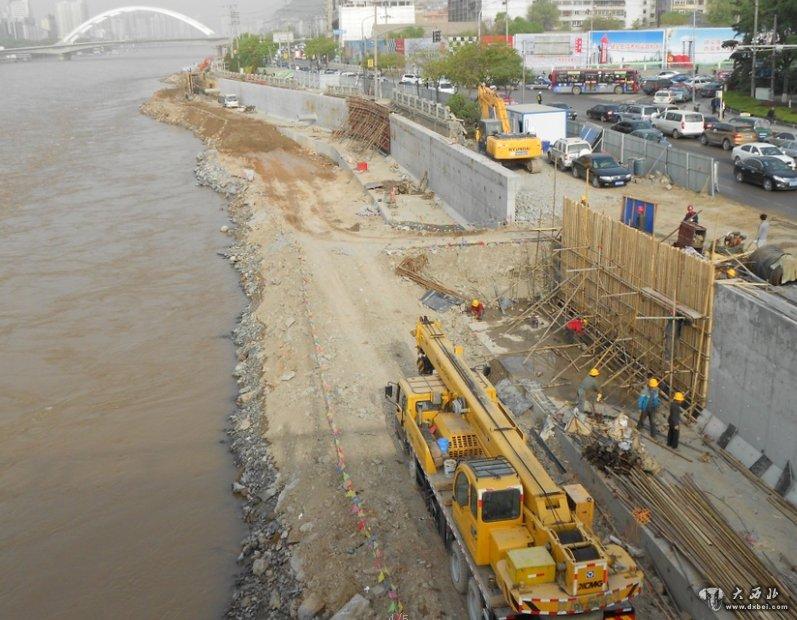 /昨日,位于兰州城关黄河大桥西侧垮塌河堤加固维修现场机器轰鸣...