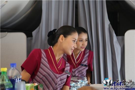 南航维吾尔族双胞胎空姐首次双飞宣传亚欧博览会