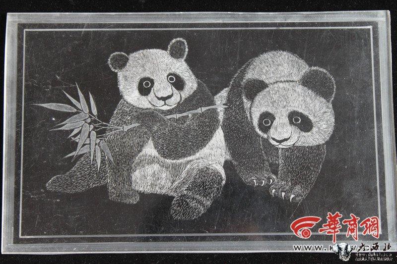 宝鸡一男子有机玻璃上雕刻熊猫 憨态可掬栩栩如生