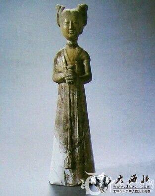 黄釉陶双髻捧唾盂侍女俑唐代高30厘米 洛阳出土,河南博物院旧藏.