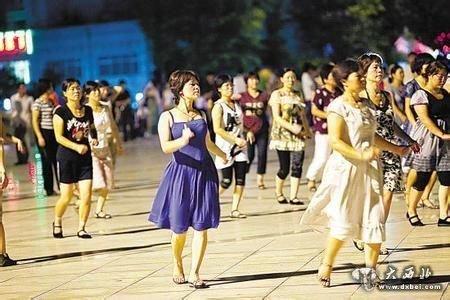 """""""常年在大雁塔南广场领舞的陈女士告诉华商报记者,""""我在"""