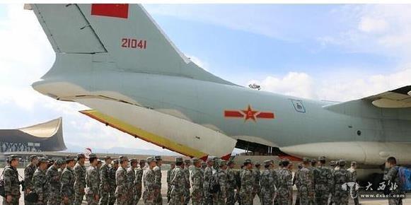 新华网北京4月27日电 中国空军新闻发言人申进科上校4月27日晚间发布消息说,经中央军委批准,空军派出4架伊尔-76飞机,投入尼泊尔抗震救灾。其中3架飞机于27日下午至晚间,相继从成都双流机场飞赴尼泊尔加德满都机场,空运中国军队救灾人员和救援装备。      接到任务命令后,空军首长要求相关部门和任务部队精心组织、科学实施,全力以赴做好抗震救灾紧急空运任务。此前,空军机关对出入境机场选择、航线规划、境外机场保障等进行研究论证,明确了组织指挥、执行任务方法等问题。      申进科上校介绍,执行这次任