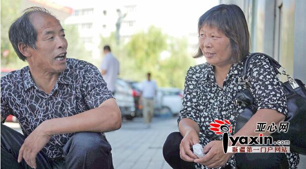 """7月27日12时,乌市鲤鱼山路,杜桂英(右)和丈夫在一起等待妹妹出现。亚心网记者马元摄 记忆:48年前小女儿送了人 杜桂英是河南商丘夏邑县胡桥乡小张楼村人,她听父亲说,1967年,因老家生活艰难,吃不上饭,父亲将两个哥哥留在家中,带着两女儿和妻子到乌鲁木齐谋生,""""可刚下火车,妈妈就生下妹妹,那天是1月24日早晨7点,每年到了这一天,爸爸都会念叨。""""杜桂英说。 杜桂英的老父亲杜全兴今年85岁了,提起送走女儿的事情,他哽咽难言,他在电话里说,孩子娘在车上就得了重病,全身浮肿,生下女儿"""