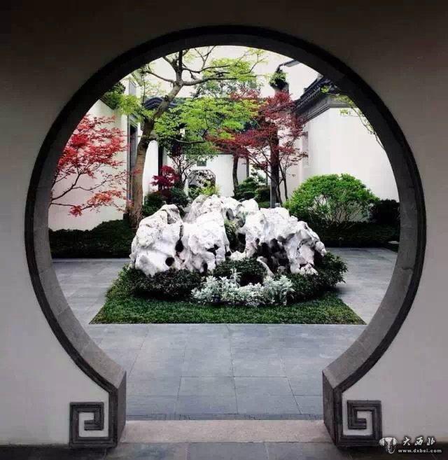 苏州园林往往在洞门,景窗后面放置湖石,栽植丛竹,芭蕉之类,恰似一幅幅