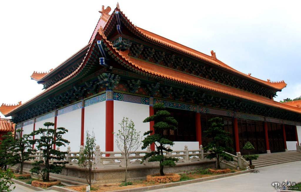 """当时北京有一个""""马家"""",也称""""营造马家"""".用今天的话来说,他不是房地产商,而是房地产建筑商。马家从明代就开始经营,到了最后第十四代传人叫马旭初,我也见过。他的祖父叫马辉堂,他的父亲马增祺是英国留学的,这是最近的三代。马家经营着兴隆木厂,专门修建北京的房子,是北京的建房商。可以这么说,北京十几处的世界文化遗产,有四处是他们家修的。包括中海、南海、北海、雍和宫、天坛等等,所有重要的王府、花园,几乎都经过他们规划和承包修建的。清代营造据说有四大家,马家是其中最大、"""