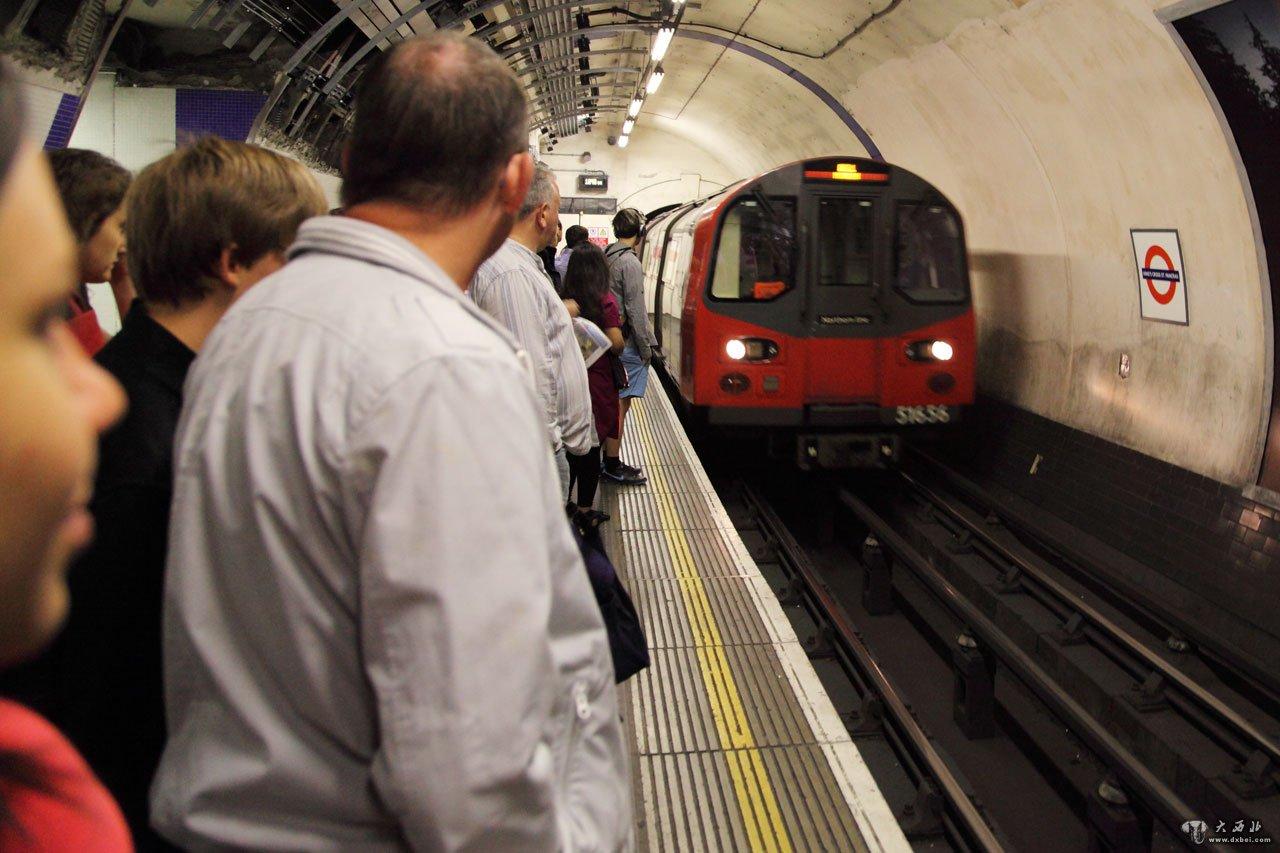 1863年1月10日,世界上第一条地铁伦敦地铁通车,至今已整整150周年。截至2013年11月,世界上共有54个国家189个城市的地铁系统投入运营,地铁在城市交通中大显身手。 很多城市把地铁纳入整个轨道交通系统,列车并非一定都在地下运行。按国际惯例,一个城市的地铁网包括所有在地下、地面和高架铁路上运行的列车。下面我们说说外国地铁中我们不知道的事儿。 伦敦地铁 最早的地铁,对老人和残疾人免费 1845年,伦敦议员查尔斯·皮尔森提议在伦敦地下修建铁路以解决地面交通拥堵问题。和当年修建第一条铁路