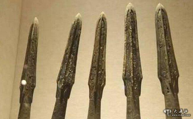 武威市磨嘴子汉墓出土的东汉《仪礼简》 汉字书法是华夏文明中最具个性特色的艺术领域。它清纯秀美,源远流长,历史悠久。并对周边文化有着极其深远的影响,堪称东方文化园囿中丛永散幽香的奇卉。 汉字书法的魅力,首先来自汉字的特殊形体构造,汉字是由象形文字发展来的,先天性地具备生动的现实基础;即使在它发展为抽象文字,形体构架完全成熟之后,仍保留了象形文字的许多特点,尤其是保留j-象形文字从大自然及人类社会生活中吸取的线条美和动态美。汉字造型都是由点、线组成的单个表意形体。却又千变万化,绝无雷同,给书写者的想像力和表