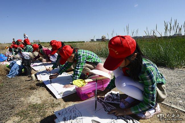 小学生在秦王川国家湿地公园写生