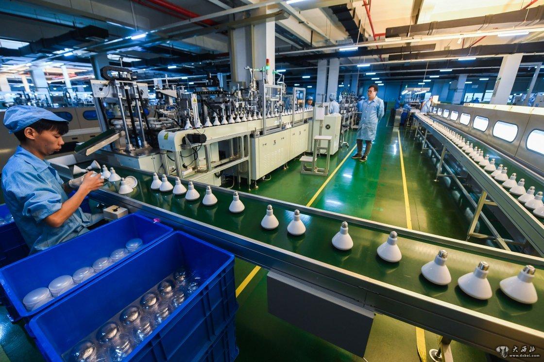 9月8日,高虹镇杭州宇中高虹照明电器有限公司的生产线上,工人在图片