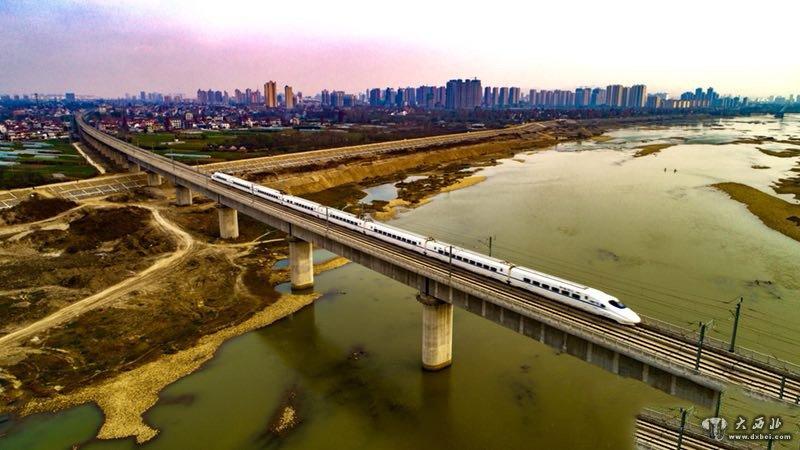 该负责人表示,西成高铁建设采用了一系列科技创新技术成果,体现了中国高铁建设的新要求、新高度。西成高铁穿越祖国南北分界线秦岭山脉和雨水丰富、喀斯特地貌的大巴山区,地质环境极其复杂,施工难度大。铁路总公司始终坚持建设、设计、施工、监理、运营统筹规划,多次组织专家现场勘察论证,反复研究比选建设施工方案。针对秦岭山脉地势地形特点,采取建设110公里长大密集隧道群、持续20~25‰大坡度线路等方式穿越秦岭山脉,其中长度超过10公里的特长隧道就有7座;针对大巴山区高地应力、地质变化频繁复杂的情况,采