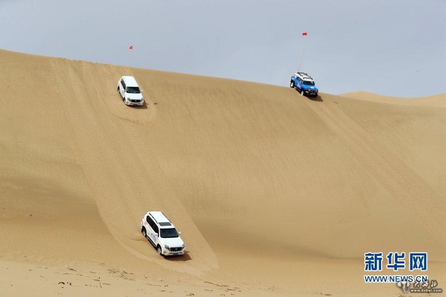 甘肃张掖:沙漠越野挑战极限